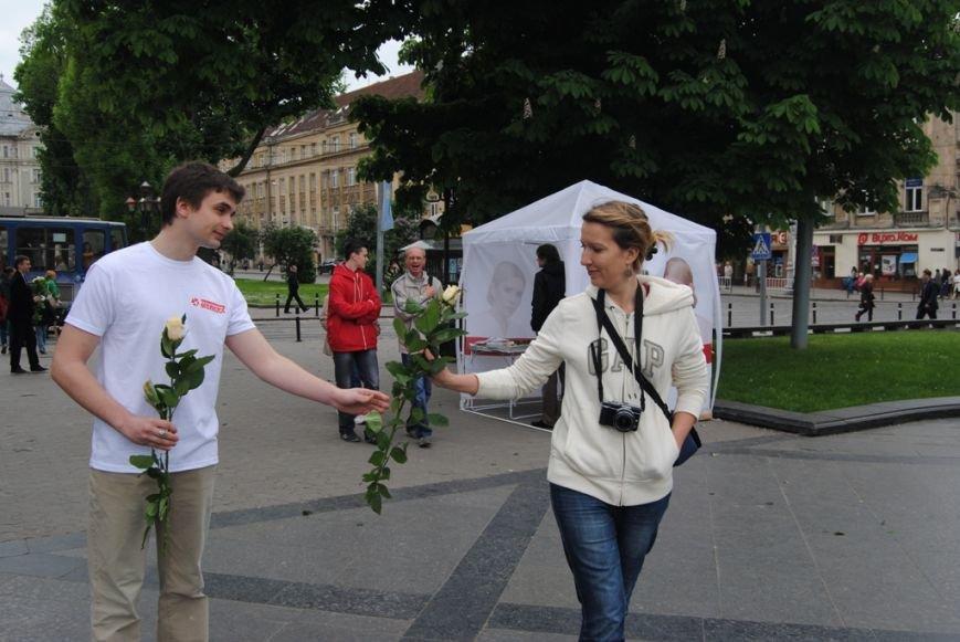 Тимошенко роздавала квіти львів'янкам на День матері (ФОТО), фото-1
