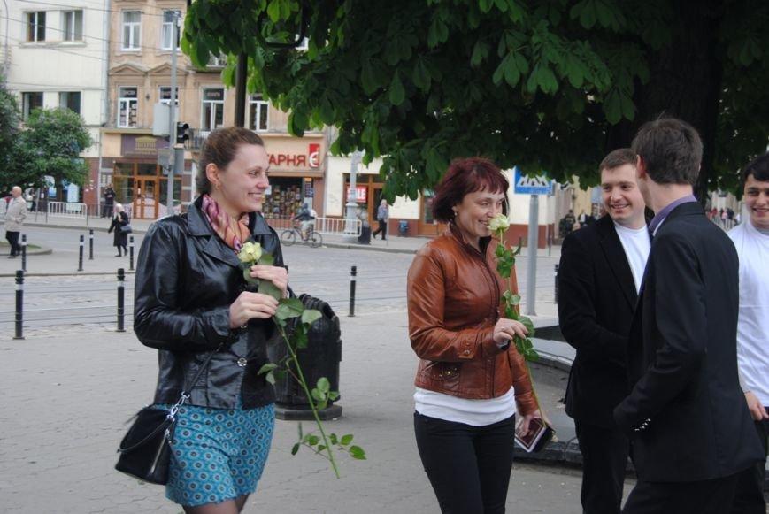Тимошенко роздавала квіти львів'янкам на День матері (ФОТО), фото-2