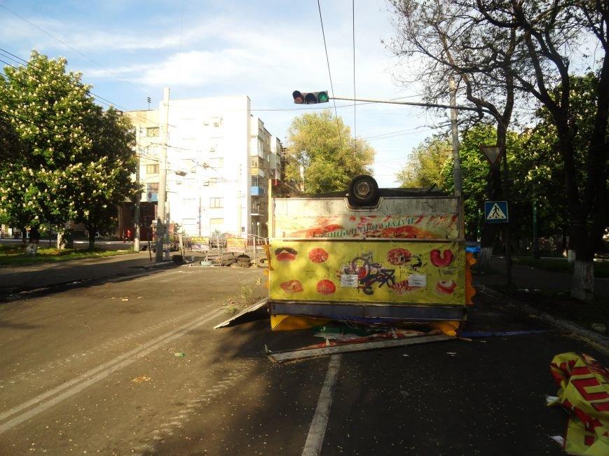 В Мариуполе «Горячая выпечка» стала частью баррикады (Фотофакт), фото-1
