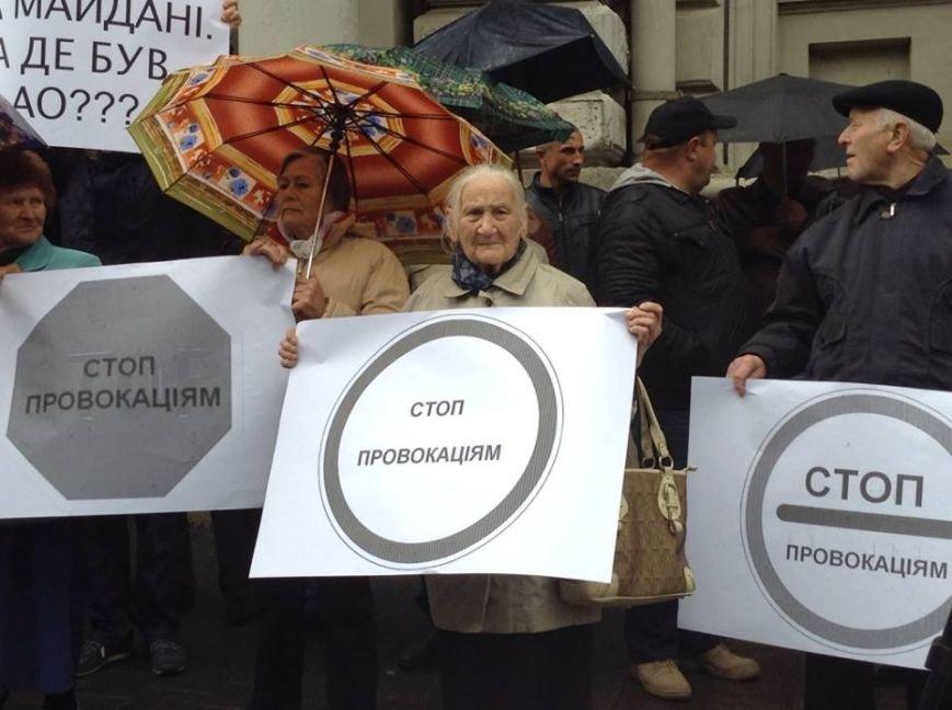 У Львові захищати Ірину Сех вийшли бабусі з хусточками і з плакатами (ФОТО, ВІДЕО), фото-3
