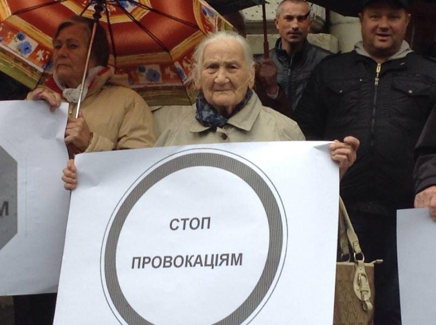 У Львові захищати Ірину Сех вийшли бабусі з хусточками і з плакатами (ФОТО, ВІДЕО), фото-1