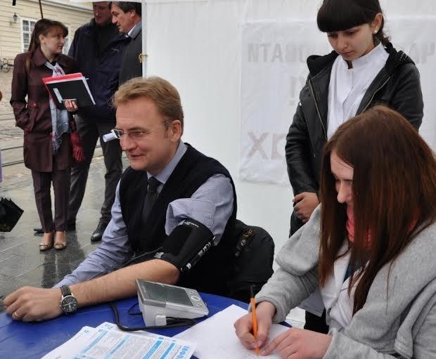 Мер Львова вирішив виміряти собі тиск на вулиці (ФОТО), фото-1