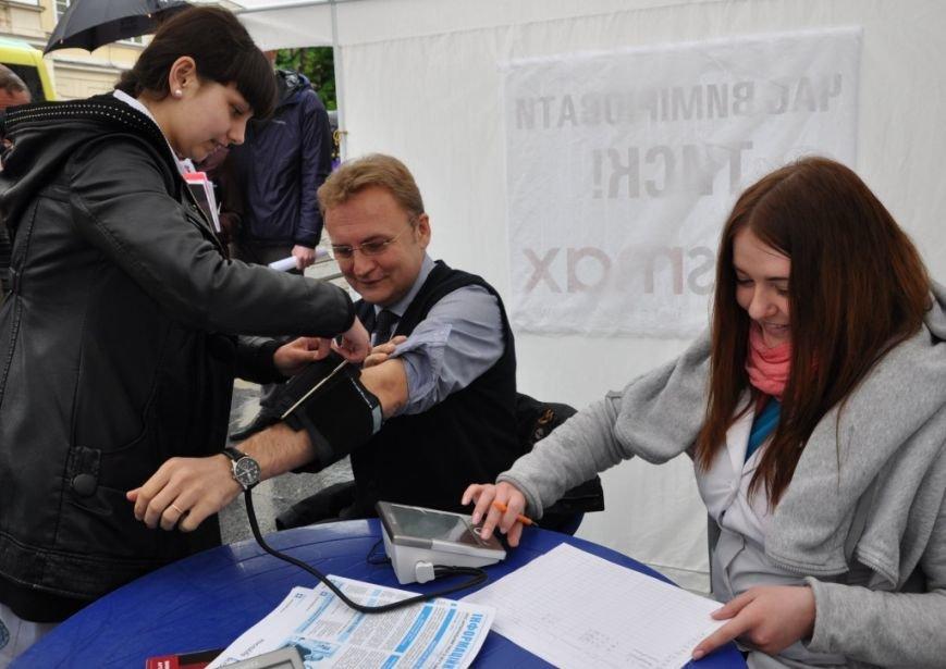 Мер Львова вирішив виміряти собі тиск на вулиці (ФОТО), фото-2