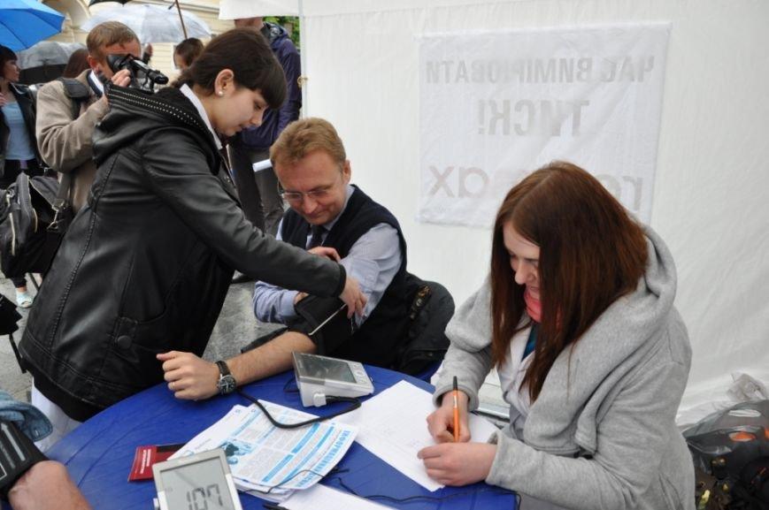 Мер Львова вирішив виміряти собі тиск на вулиці (ФОТО), фото-3
