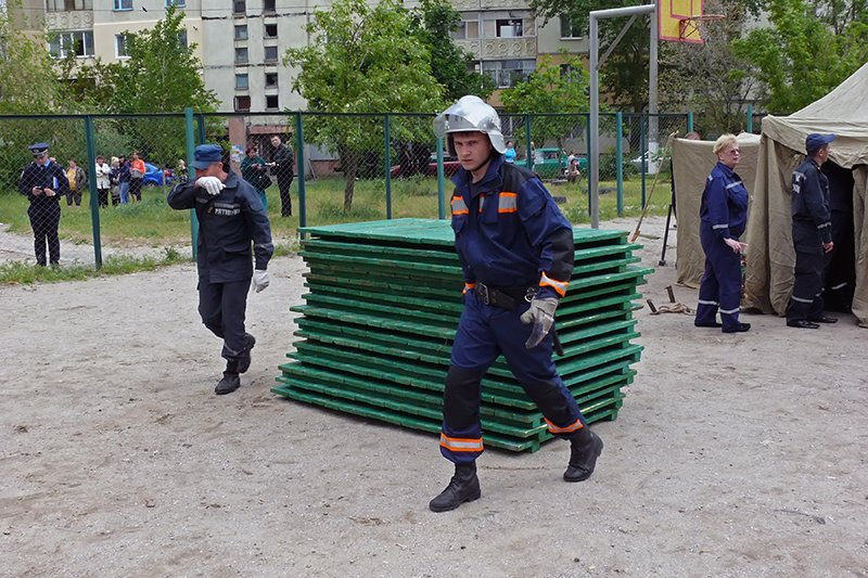 Возле взорвавшегося дома в Николаеве разбили палатки: туда свозят кровати для ночлега пострадавших (ФОТО), фото-4