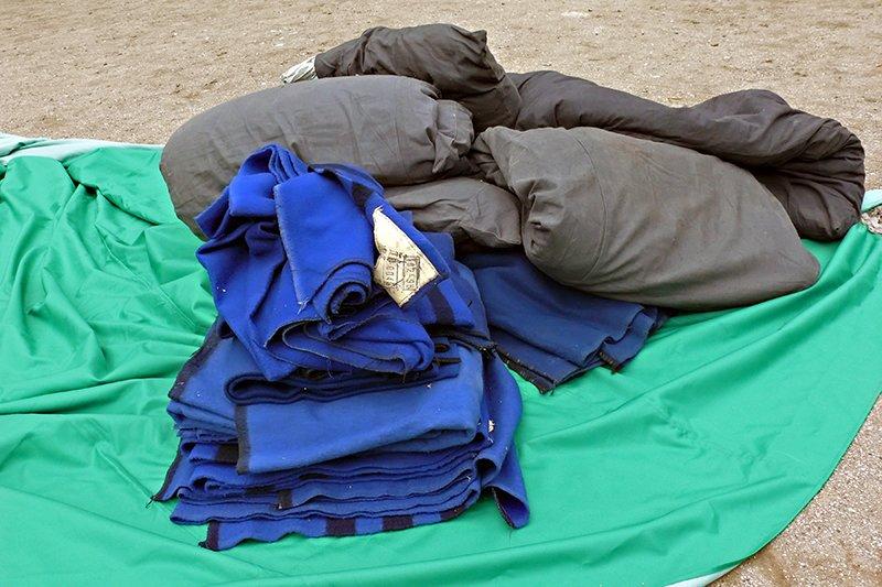 Возле взорвавшегося дома в Николаеве разбили палатки: туда свозят кровати для ночлега пострадавших (ФОТО), фото-3