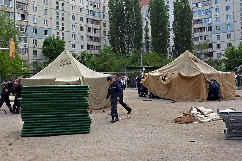 Возле взорвавшегося дома в Николаеве разбили палатки: туда свозят кровати для ночлега пострадавших (ФОТО), фото-1