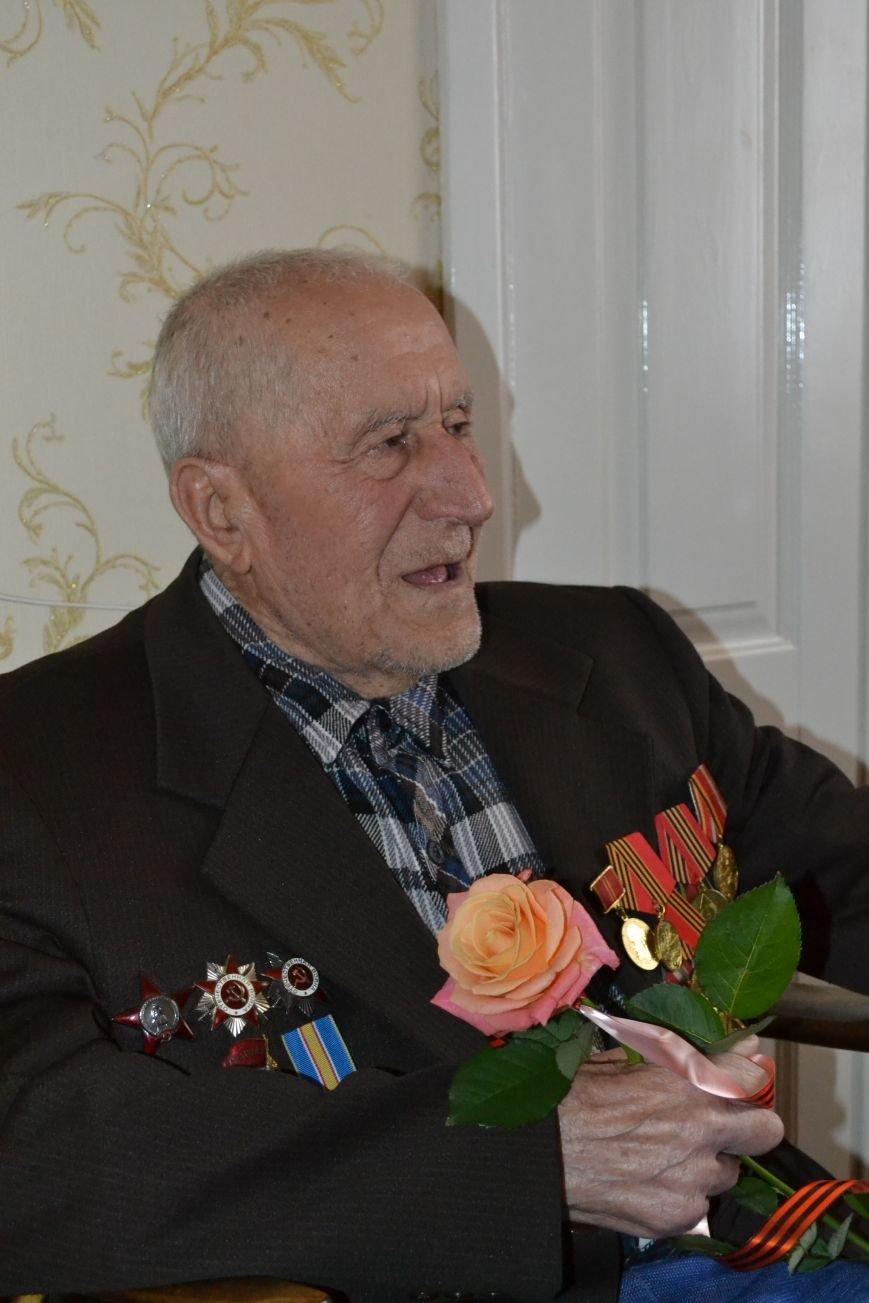 «Дед, я тебя помню!»: рядовые горловчане поздравили ветеранов с Днём Победы, фото-5
