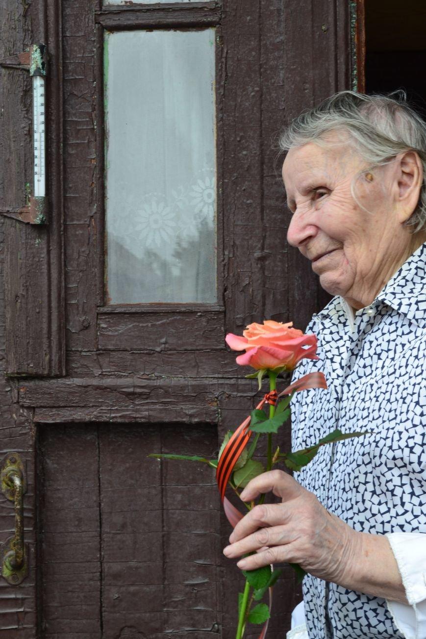 «Дед, я тебя помню!»: рядовые горловчане поздравили ветеранов с Днём Победы, фото-4