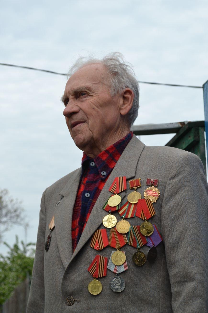 «Дед, я тебя помню!»: рядовые горловчане поздравили ветеранов с Днём Победы, фото-6