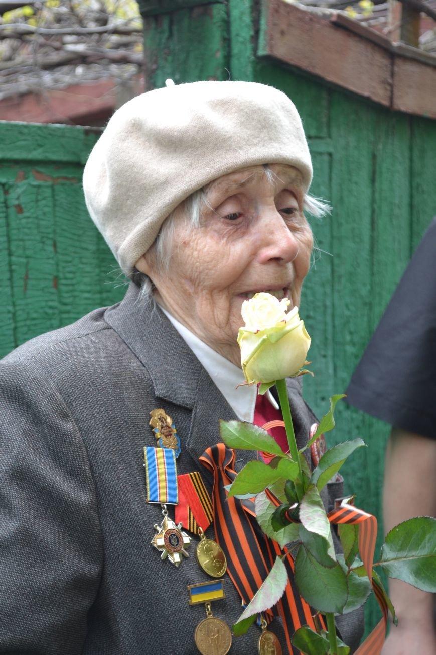 «Дед, я тебя помню!»: рядовые горловчане поздравили ветеранов с Днём Победы, фото-11