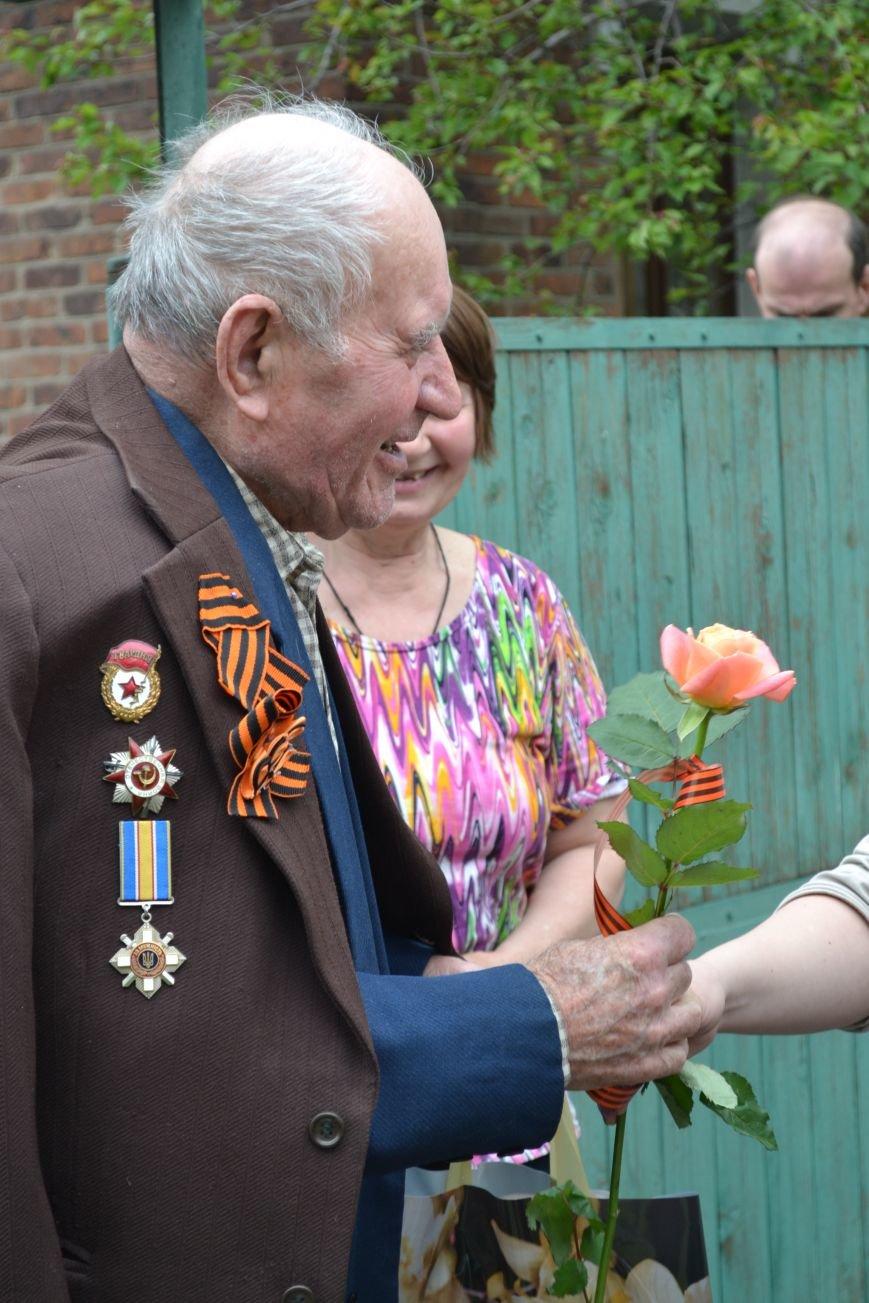 «Дед, я тебя помню!»: рядовые горловчане поздравили ветеранов с Днём Победы, фото-12
