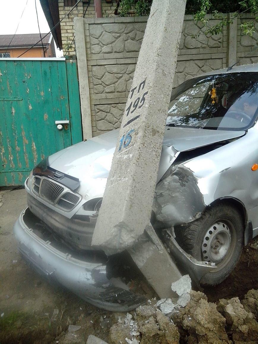 В воскресенье в районе горсовета Горловки  подвыпивший лихач на Део врезался в электроопору, фото-1