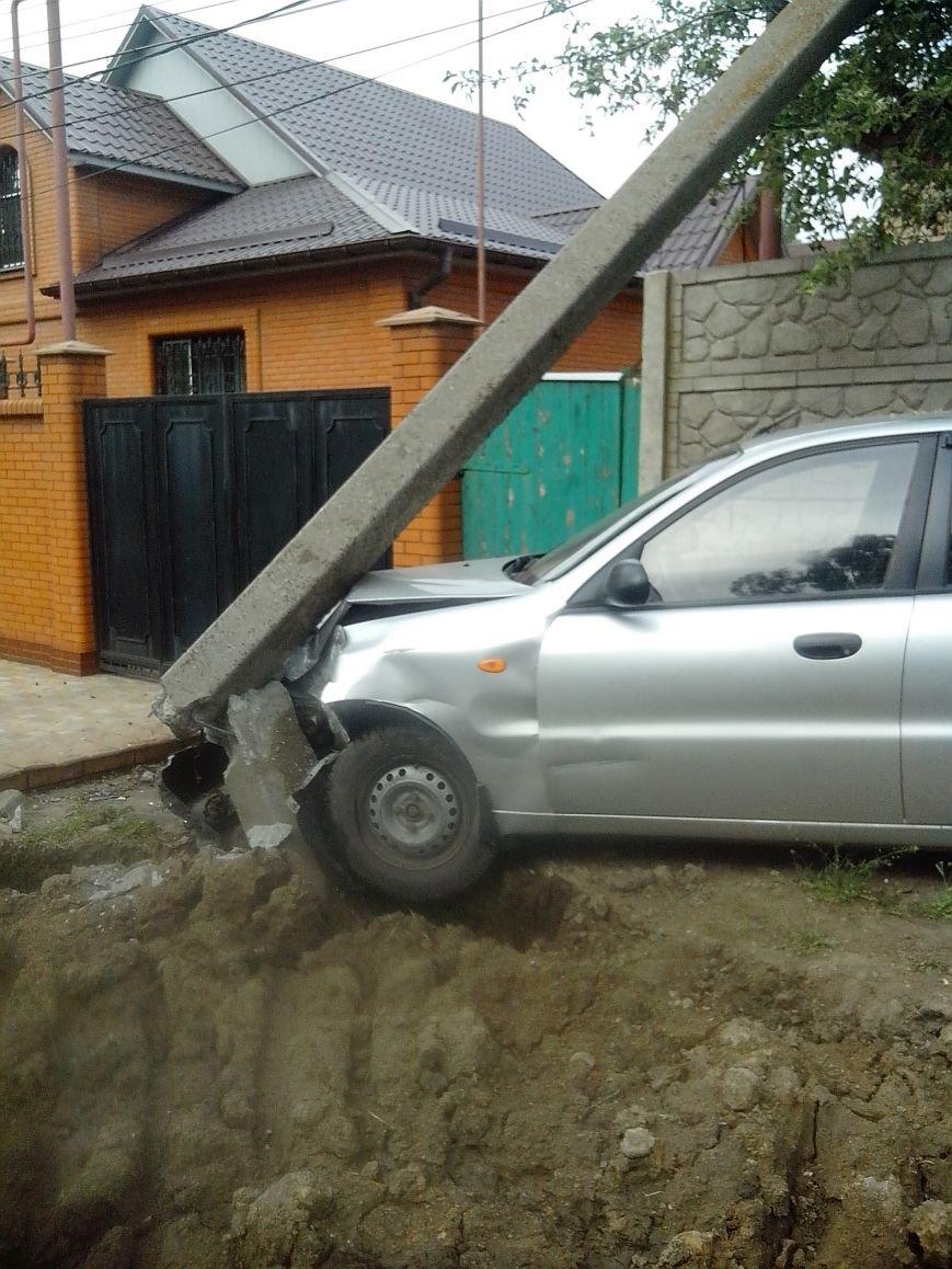 В воскресенье в районе горсовета Горловки  подвыпивший лихач на Део врезался в электроопору, фото-2