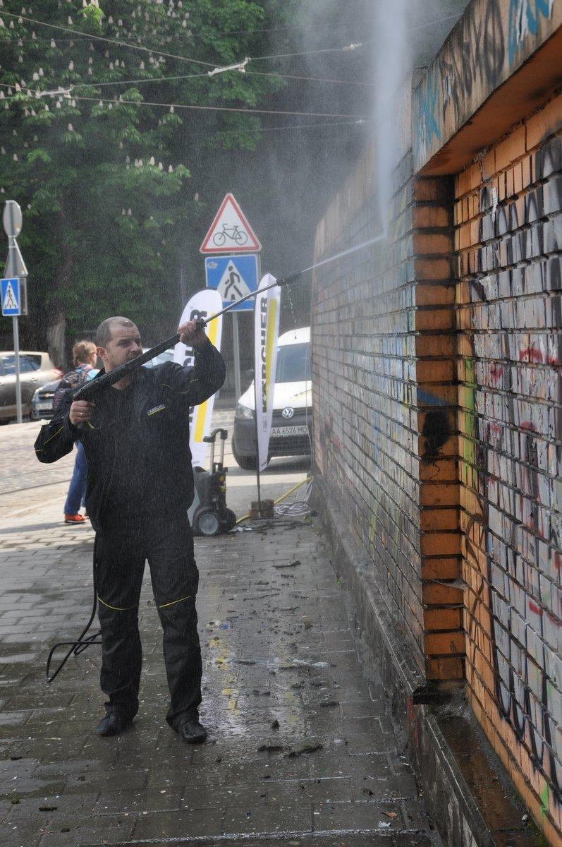 У Львові відмили зупинку, яку нещадно розмалювали вандали (ФОТО), фото-1