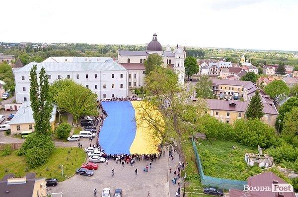 Самый большой флаг Украины развернулся в Луцке, фото-1
