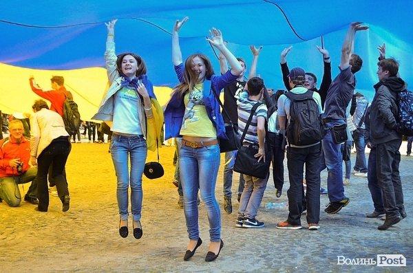 Самый большой флаг Украины развернулся в Луцке, фото-5