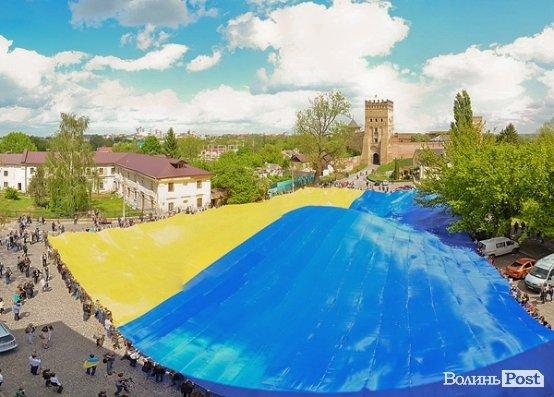 Самый большой флаг Украины развернулся в Луцке, фото-2