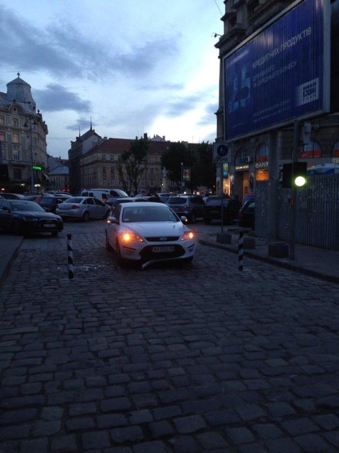 Нові подробиці автопригоди на вул. Руській – сміттєвоз хотів проскочити за трамваєм до пішохідного центру Львова, але не встиг (ФОТО), фото-2