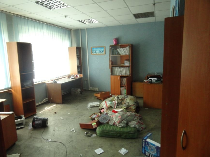 Из сгоревшего Мариупольского горсовета вывозят вещи, фото-5