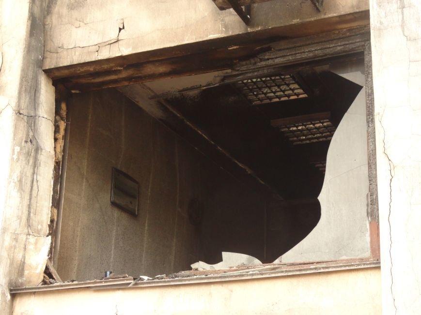 Из сгоревшего Мариупольского горсовета вывозят вещи, фото-2