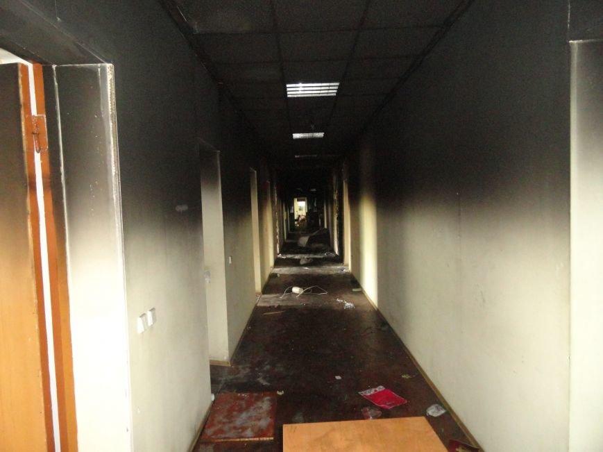 Из сгоревшего Мариупольского горсовета вывозят вещи, фото-4