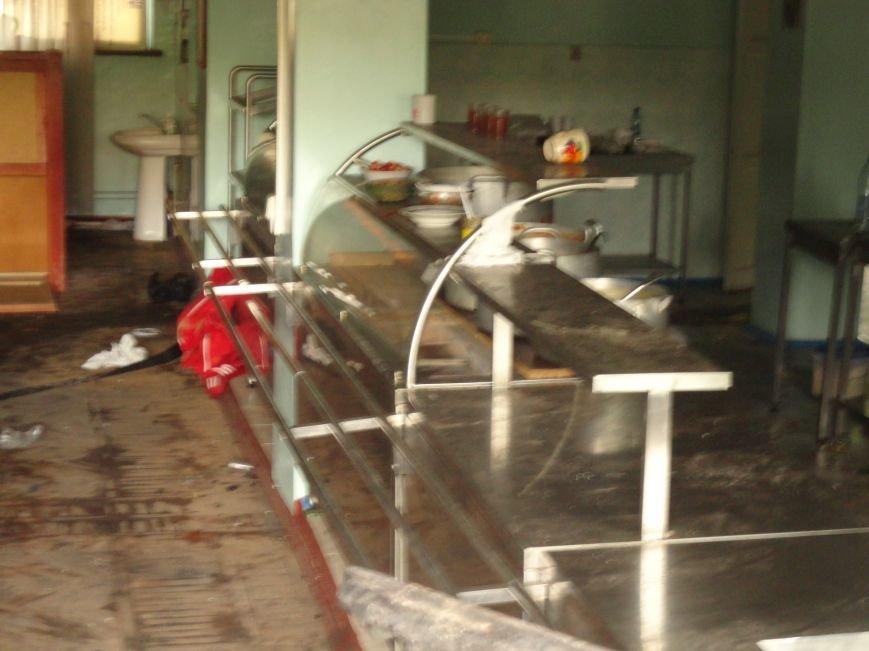 Из сгоревшего Мариупольского горсовета вывозят вещи, фото-1
