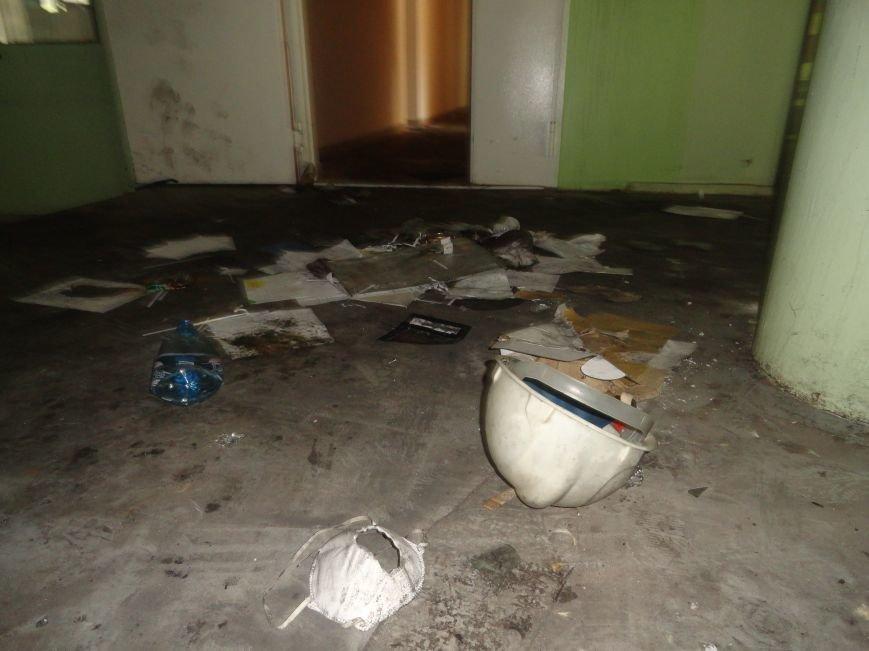 Из сгоревшего Мариупольского горсовета вывозят вещи, фото-6