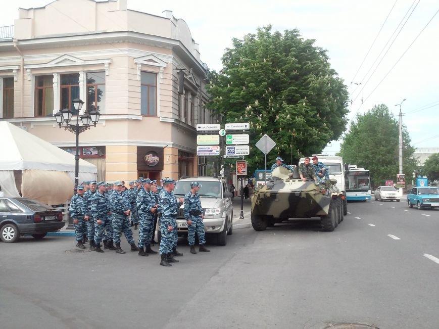 ФОТОФАКТ: В центр Симферополя съехались бойцы ОМОНа, фото-1