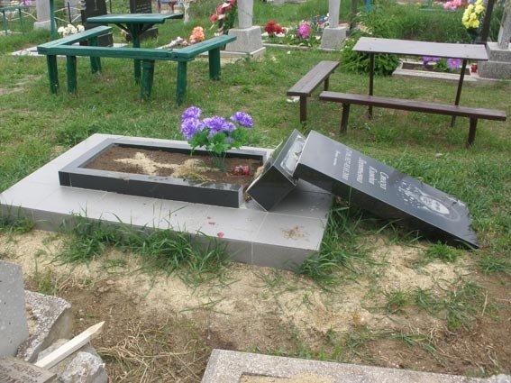 На Николаевщине вандалы разрушили более 40 могил (ФОТО), фото-2