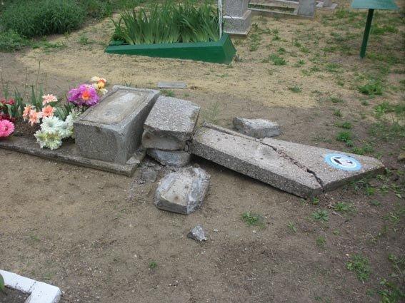 На Николаевщине вандалы разрушили более 40 могил (ФОТО), фото-1