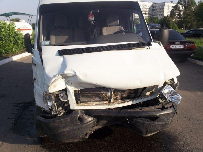 На окраине Харькова легковушка столкнулась с микроавтобусом: есть погибший, фото-1