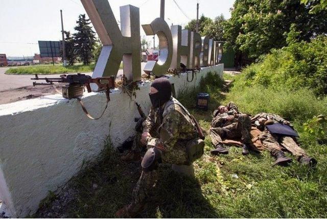 Между Харьковом и Славянском сепаратисты установили блокпост с захваченной военной техникой (ФОТО), фото-3