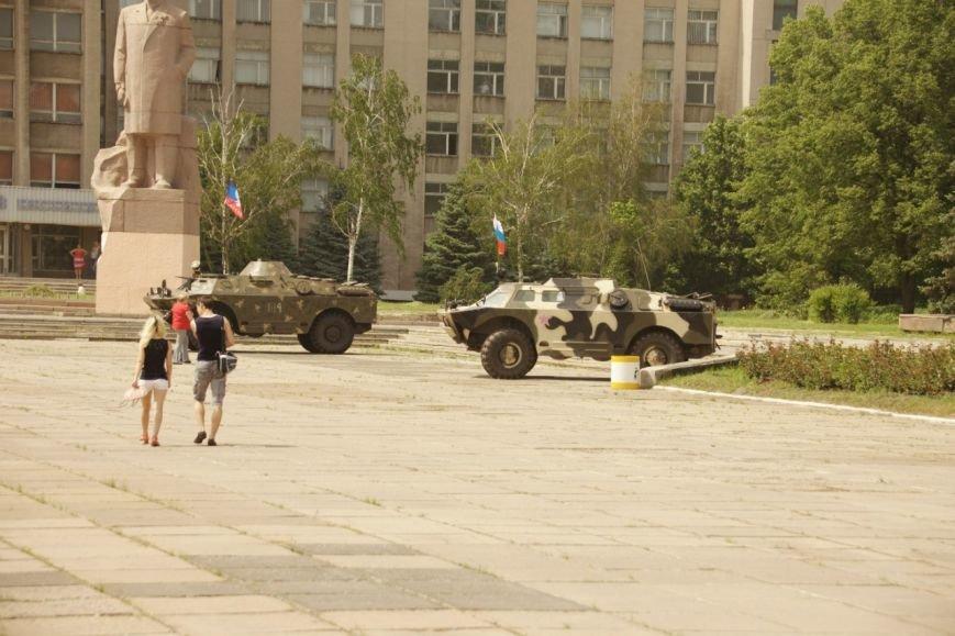Горловский исполком «охраняют» две бронированные разведывательно-дозорные машины, фото-2