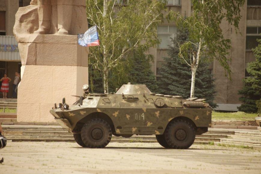 Горловский исполком «охраняют» две бронированные разведывательно-дозорные машины, фото-1