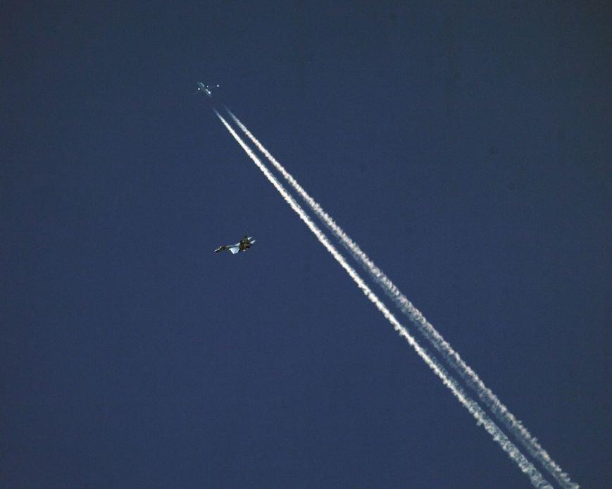 Уникальный кадр: горловчанин заснял истребитель, который летал по коридору гражданской авиации 17 мая, фото-1