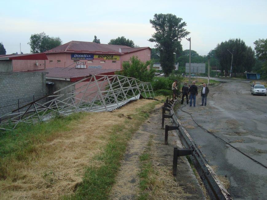 В Днепродзержинске сорванная порывом ветра крыша здания врезалась в столб который упал на проезжую часть, фото-2