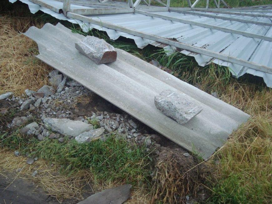 В Днепродзержинске сорванная порывом ветра крыша здания врезалась в столб который упал на проезжую часть, фото-4