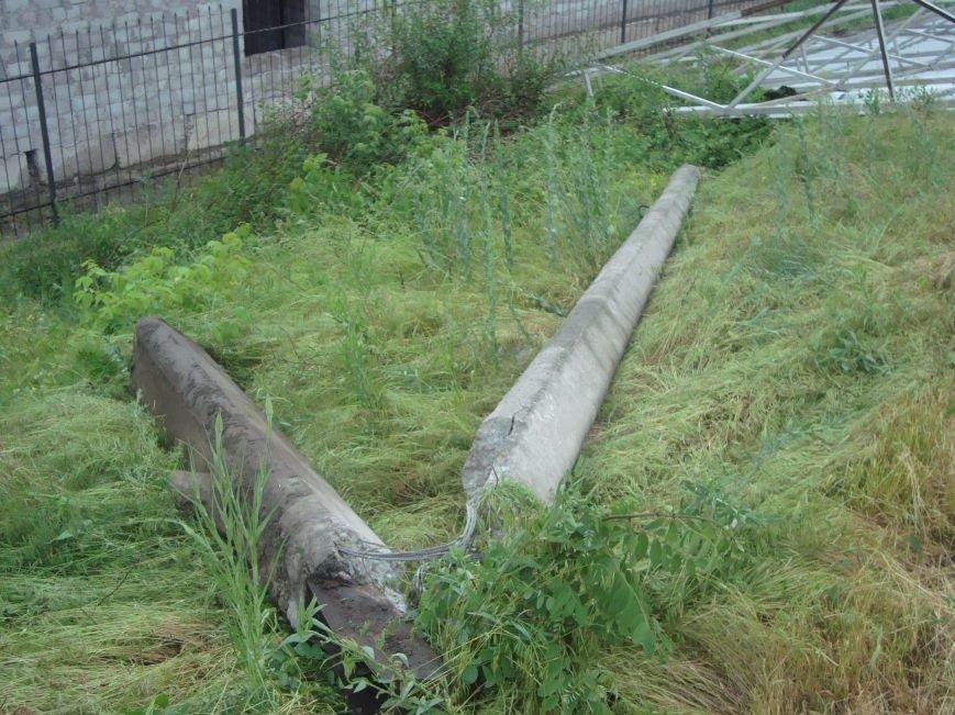 В Днепродзержинске сорванная порывом ветра крыша здания врезалась в столб который упал на проезжую часть, фото-3