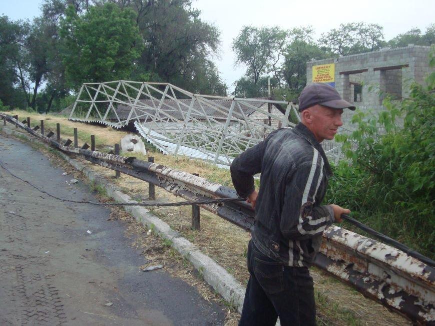 В Днепродзержинске сорванная порывом ветра крыша здания врезалась в столб который упал на проезжую часть, фото-5
