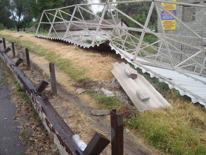 В Днепродзержинске сорванная порывом ветра крыша здания врезалась в столб который упал на проезжую часть, фото-1
