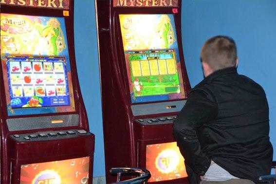 На Львівщині «накрили» казино, де чоловіки спускали усю свою зарплату (ФОТО), фото-2