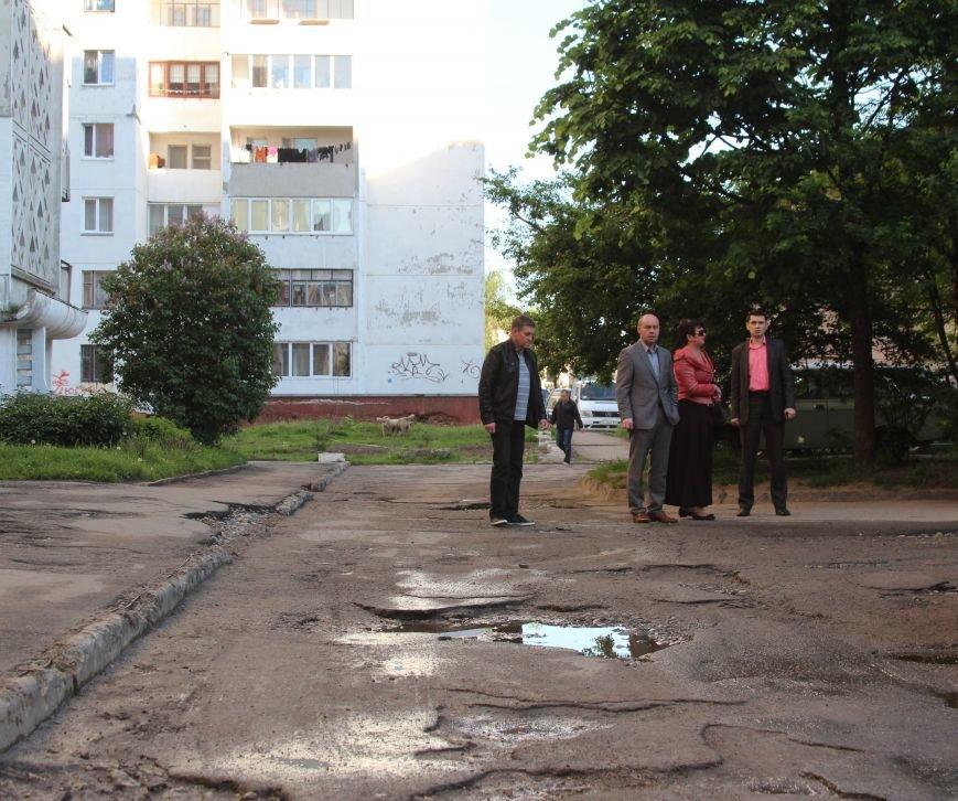 Міський голова Тернополя побував у дворі, де міжбудинковий проїзд не ремонтували десятиліттями (фото), фото-1