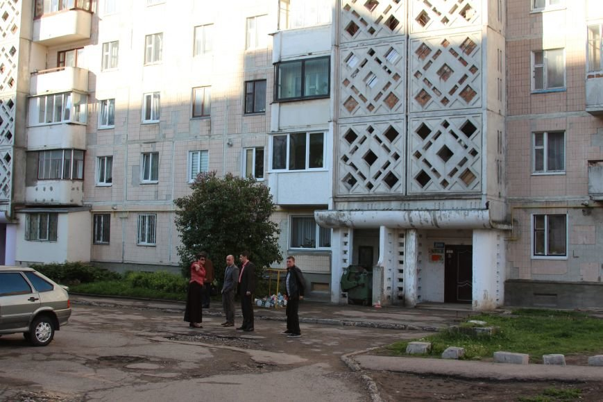 Міський голова Тернополя побував у дворі, де міжбудинковий проїзд не ремонтували десятиліттями (фото), фото-2