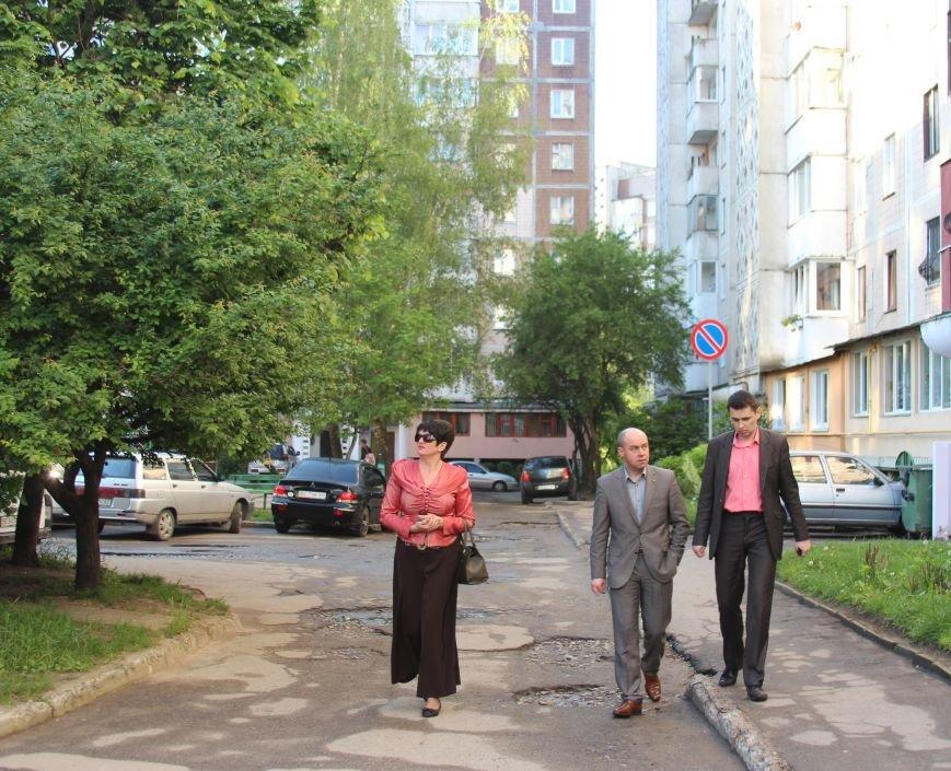 Міський голова Тернополя побував у дворі, де міжбудинковий проїзд не ремонтували десятиліттями (фото), фото-3