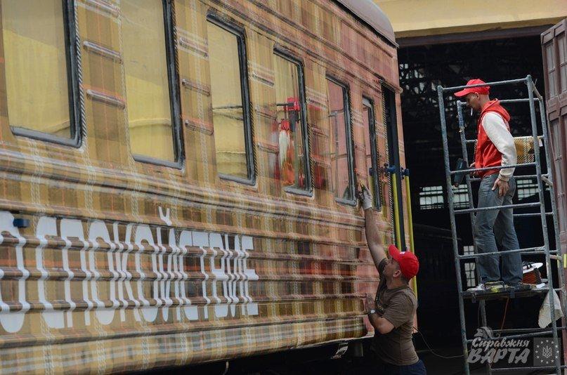 До Львова приїхав поїзд, де замість брудних простирадл є ковдри в клітинку, а на столі – печиво та цукерки (ФОТО, ВІДЕО), фото-3