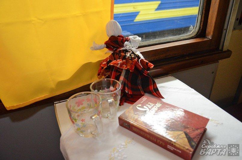 До Львова приїхав поїзд, де замість брудних простирадл є ковдри в клітинку, а на столі – печиво та цукерки (ФОТО, ВІДЕО), фото-5