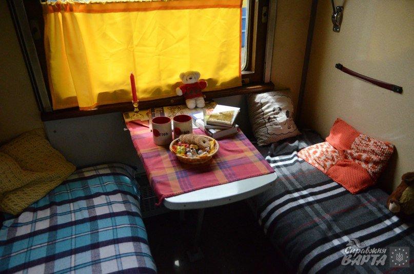 До Львова приїхав поїзд, де замість брудних простирадл є ковдри в клітинку, а на столі – печиво та цукерки (ФОТО, ВІДЕО), фото-2