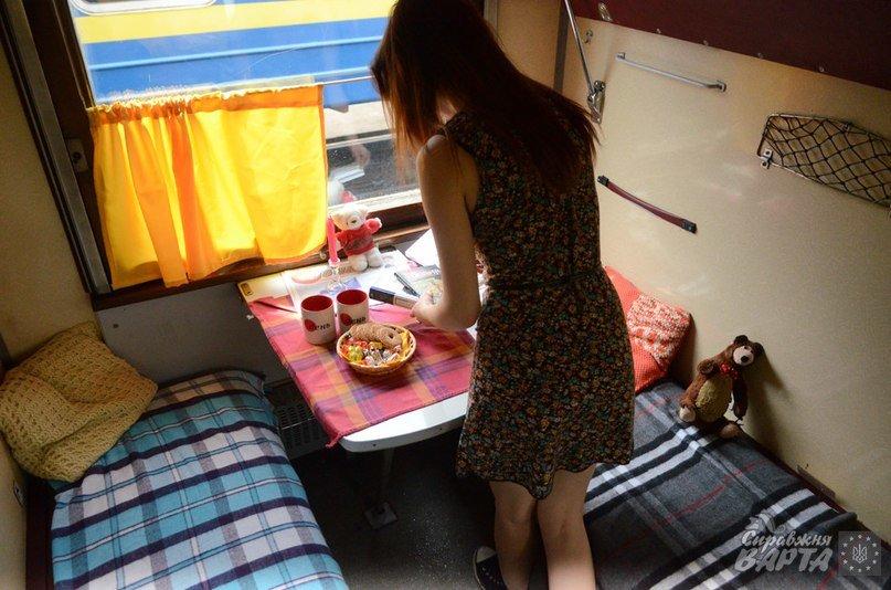 До Львова приїхав поїзд, де замість брудних простирадл є ковдри в клітинку, а на столі – печиво та цукерки (ФОТО, ВІДЕО), фото-4