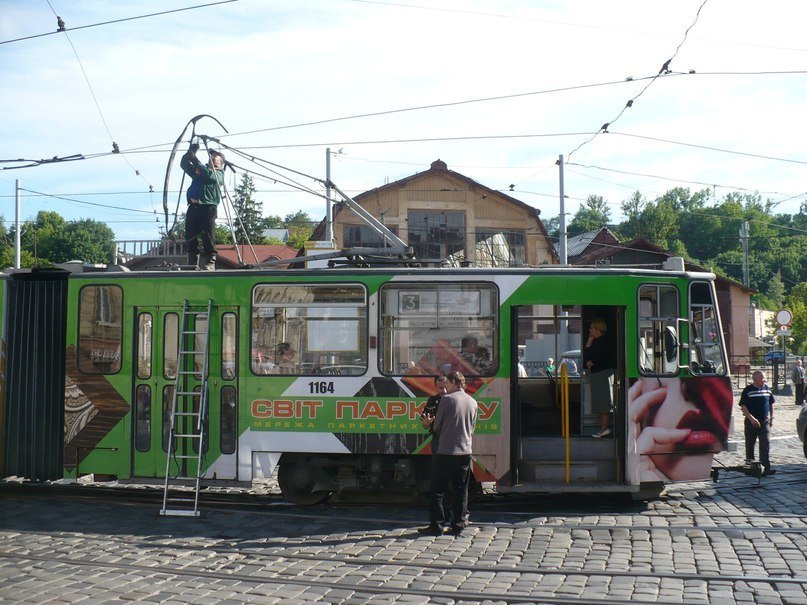 У Львові трамвай зламав собі «роги» (ФОТО), фото-1